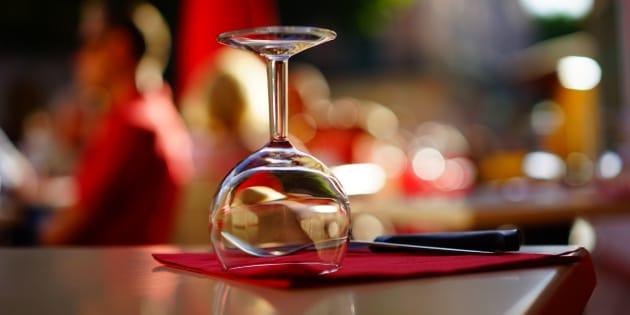 Levar seus vinhos para o restaurante é divertido e econômico!