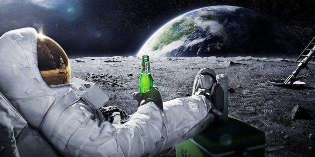 Un astronaute buvant une bière sur la Lune dans une publicité imaginée par Carlsberg.