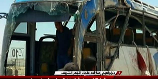 Le bus égyptien détruit dans l'attaque.