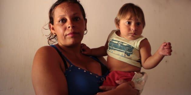 Rosângela Ferreira de Barros e o filho Miguel, nascido em setembro de 2016 com microcefalia decorrente do zika.