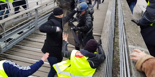 Christophe Dettinger frappant un policier à Paris samedi 5 janvier.