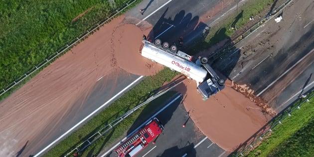 ポーランド西部で9日、横転して中央分離帯を突き破ったトラック。運んでいたチョコレートが高速道路上に流れ出した。ポーランドのテレビ局TVNの映像から   (Photo credit should read STR/AFP/Getty Images)