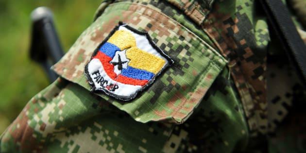 Insignia de las FARC en el uniforme de una guerrillera, en una imagen de archivo.