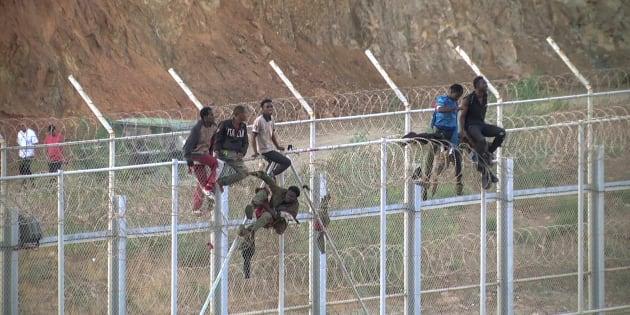 Plus de 600 migrants entrent de force dans la ville espagnole de Ceuta, au Maroc.
