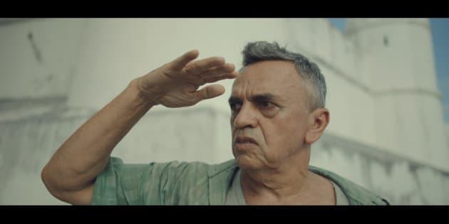 O ator José Dumont dá vida a um ex-sargento preso às memórias do passado no quartel.