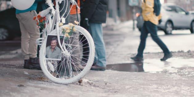 Un vélo fantôme à la mémoire de Clément Bazin au coin des rues Lajeunesse et Crémazie.