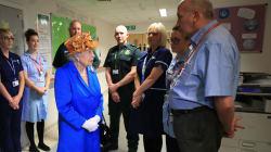 Elisabetta mostra di essere una vera regina e va in visita ai bambini ricoverati a