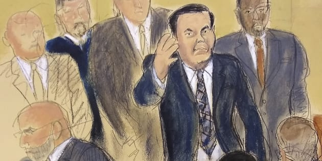 Joaquín 'el Chapo' Guzmán, rodeado por policías de EU, saluda a su esposa Emma Coronel en la corte de Brooklyn en Nueva York, el pasado 13 de noviembre de 2018.