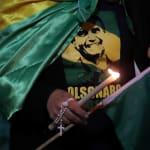 Velas, bandeira do Brasil e camiseta partidária: A vigília por Jair