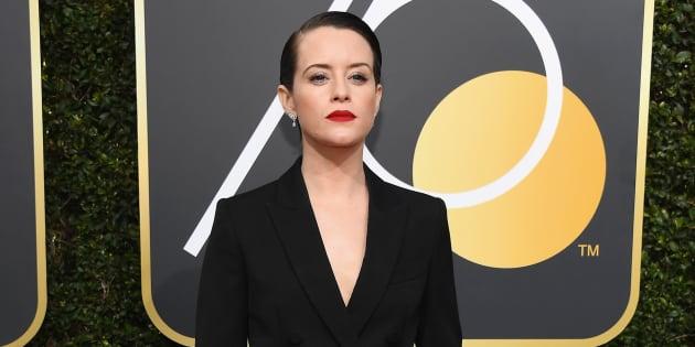 """Aux Golden Globes, Claire Foy de """"The Crown"""" rayonne en costume sur le tapis rouge."""