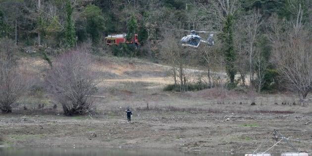 Los servicios de emergencias trabajan en el lugar donde se han estrellado los helicópteros.