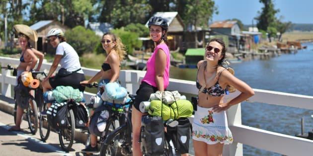 Da esquerda para direita: Andrea Muner, Rita Barossi, Mayte Albardía, Thais Viyuela e Olívia Kari.