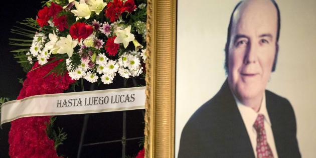 Varias coronas de flores presentes en el velatorio del humorista Chiquito de la Calzada. EFE/Daniel Pérez