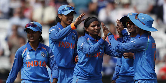 India's Rajeshwari Gayakwad (C) celebrates with teammates after taking the wicket of England's Lauren Winfield during the ICC Women's World Cup cricket final between England and India at Lord's cricket ground in London on July 23, 2017. / AFP PHOTO / Adrian DENNIS