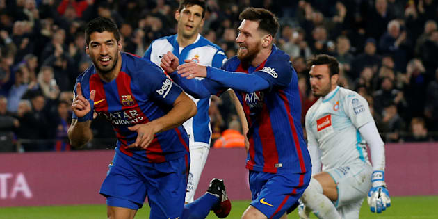 Les joueurs du FC Barcelone, Luis Suarez et Lionel Messi célèbrent leur but contre l'Espanyol le 18 décembre 2016 au stade du Camp Nou.
