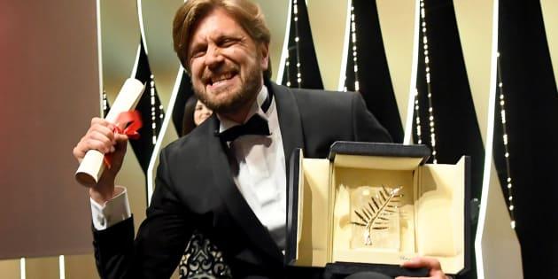 """Ruben Öustland avec sa Palme d'Or pour le film """"The Square"""" le dimanche 28 mai 2017."""