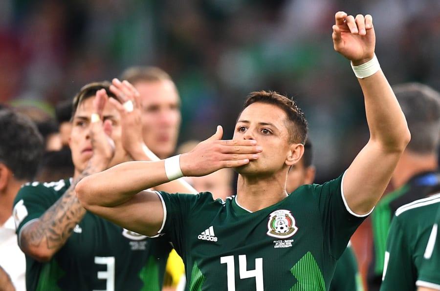 Javier Hernández y Carlos Salcedo después de la derrota de México ante Suecia en el Mundial de Rusia 2018.