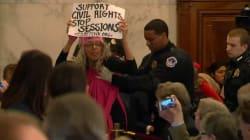 L'audition du ministre de la Justice de Donald Trump perturbée par des manifestants