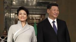 L'eleganza della first lady cinese incanta. Soprano e cantante folk, l'unione con Xi è una fiaba di