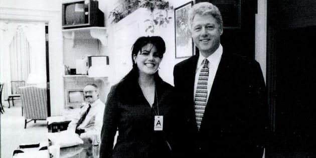 Uma foto rara divulgada pela Casa Branca mostra Monica Lewinsky ao lado do presidente Bill Clinton, em setembro de 1998.