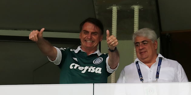 Presidente eleito faz sinal de positivo das tribunas do Allianz Parque.
