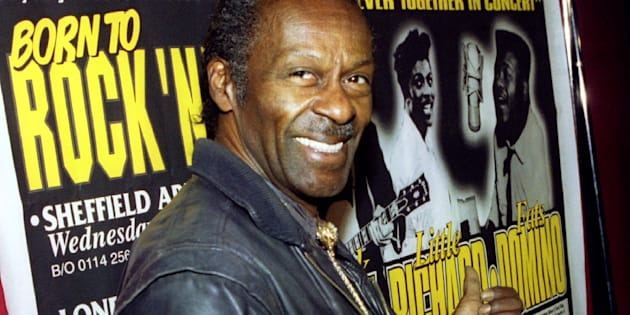 Chuck Berry devant l'affiche d'une tournée où il se produisait avec Little Richard au Royaume-Uni.