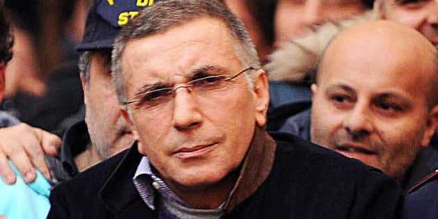 Il superlatitante della camorra, Michele Zagaria, arrestato dalla polizia a Casapesenna  il 7 dicembre 2011, viene portato dai poliziotti fuori dalla Questura di Caserta, in Piazza Vanvitelli. ANSA/ FELICE DE MARTINO/AG. FRATTARI