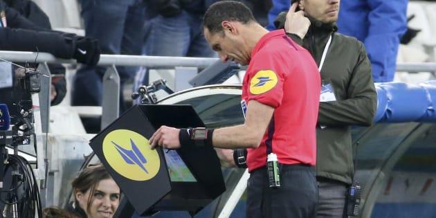 L'arbitre Mikaël Lesage ayant recours à la VAR lors de Marseille-Monaco le 13 janvier 2019.