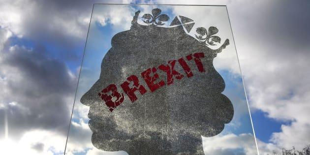 """Pancarta con la silueta de la reina Isabel II y la palabra """"Brexit""""."""