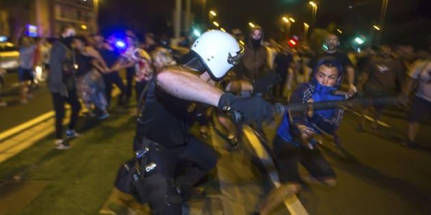 Cuatro furgones antidisturbios de la Policía y barreras de agentes impiden la cuarta concentración diaria consecutiva de cientos de vecinos de Murcia sobre las vías del tren para pedir su soterramiento.