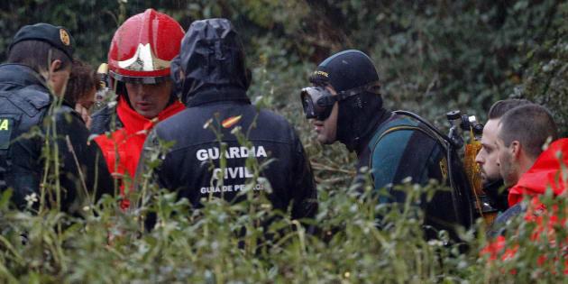 Efectivos de la unidad subaquática de la Guardia Guardia Civil y de bomberos trabajan en la nave industrial donde ha sido hallado el cuerpo.