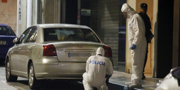 Agentes de la Policía Científica inspeccionan las inmediaciones de la vivienda ubicada en la calle Quijote de Elda.