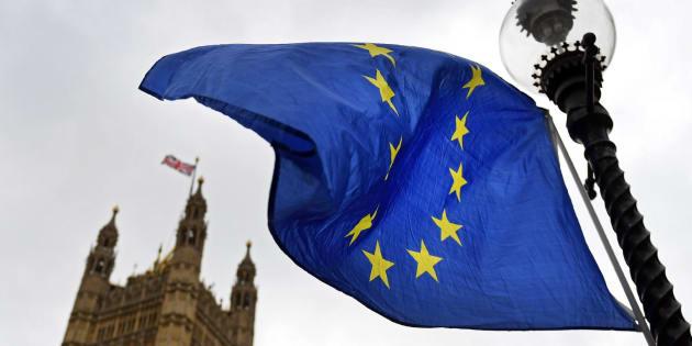 La bandera de la Unión Europea ondea a las puertas del Parlamento británico en Londres.