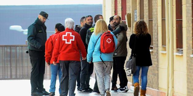 Policías locales, guardias civiles y psicólogos de la Cruz Roja en el domicilio en el que ha tenido lugar el asesinato.