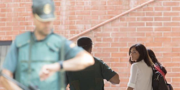 La jefa de comunicación de la consellería de Exteriors de la Generalitat, Anna Molas (d), a su llegada a la Comandancia de la Guardia Civil.