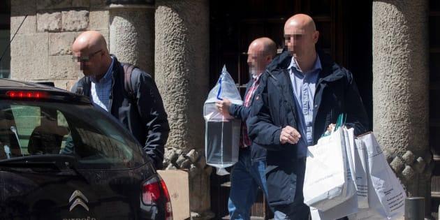 Agentes de la Guardia Civil salen de la sede del Consejo del Diplocat tras un registro, el pasad abril.