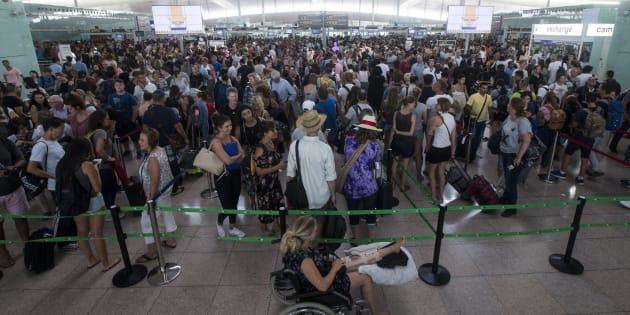 Colas para acceder al control de seguridad del Aeropuerto de Barcelona-El Prat el pasado viernes.