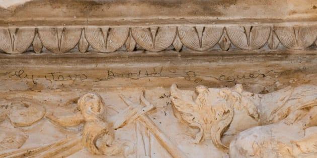 Una firma del poeta Gustavo Adolfo Bécquer realizada con grafito en la portada de la iglesia del convento de San Clemente, en Toledo.