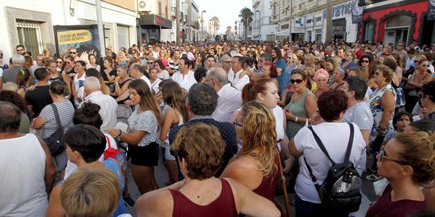 Los allegados de María de la Luz Morillo, la primera víctima, se concentran ante el tanatorio de Tarifa para protestar por la falta de medios sanitarios y pedir que se esclarezcan las causas de la explosión.