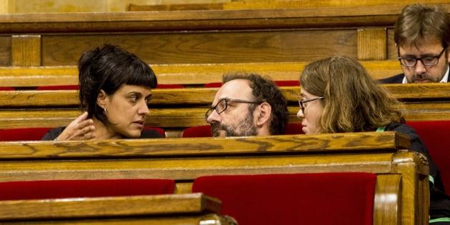 Los diputados de la CUP, Anna Gabriel (izquierda), Benet Salellas y Eulalia Reguant (derecha), durante un pleno.