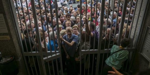 Numerosas personas hacen cola en el instituto Moisés Broggi de Barcelona para votar en el referéndum sobre la independencia de Cataluña, suspendido por el Tribunal Constitucional