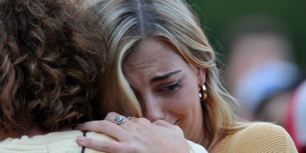 Amigos y familiares de Celia Barquín Arozamena lloran por su asesinato.