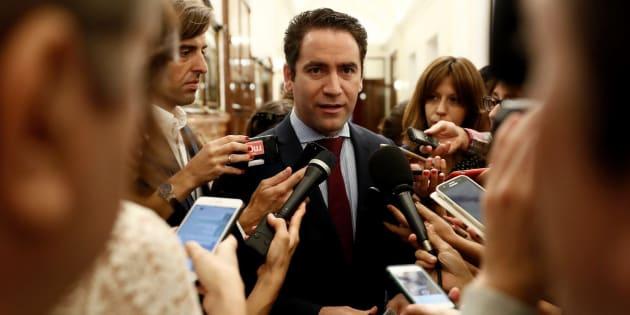 El secretario general del Partido Popular, Teodoro García Egea, contesta a las preguntas de los periodistas en los pasillos de Congreso