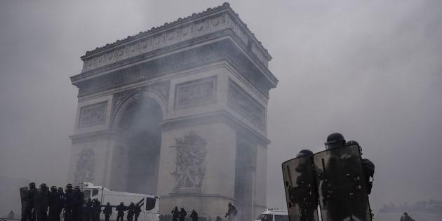 Protestas en el Arco del Triunfo en París.