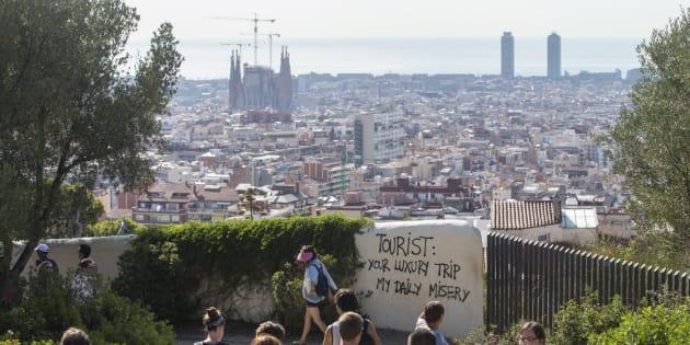 Un grupo de turistas pasea por los alrededores del Parque Guell de Barcelona.