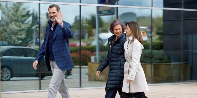 Los Reyes, acompañados de doña Sofía, llegan juntos para visitar al Rey Juan Carlos tras su operación.