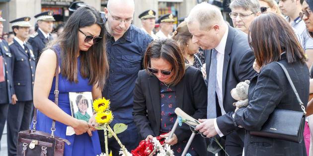 Víctimas del atentado de Barcelona depositan flores en el primer aniversario.