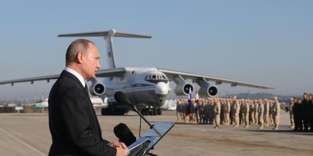 Imagen de archivo de diciembre de 2017 que muestra al presidente ruso, Vladimir Putin, durante su visita a la base rusa de Hmeimim en Siria.