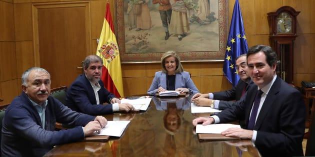 La ministra de Empleo, Fátima Báñez, con los agentes sociales. EFE/ Ballesteros