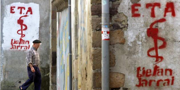 Foto de archivo con grafiti del grupo terrorista ETA en Goizueta (Navarra), en 2005. REUTERS/Pablo Sanchez